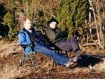 baenk01.jpg 89kb Peter F. og mig på benken på bjerget i påsken.